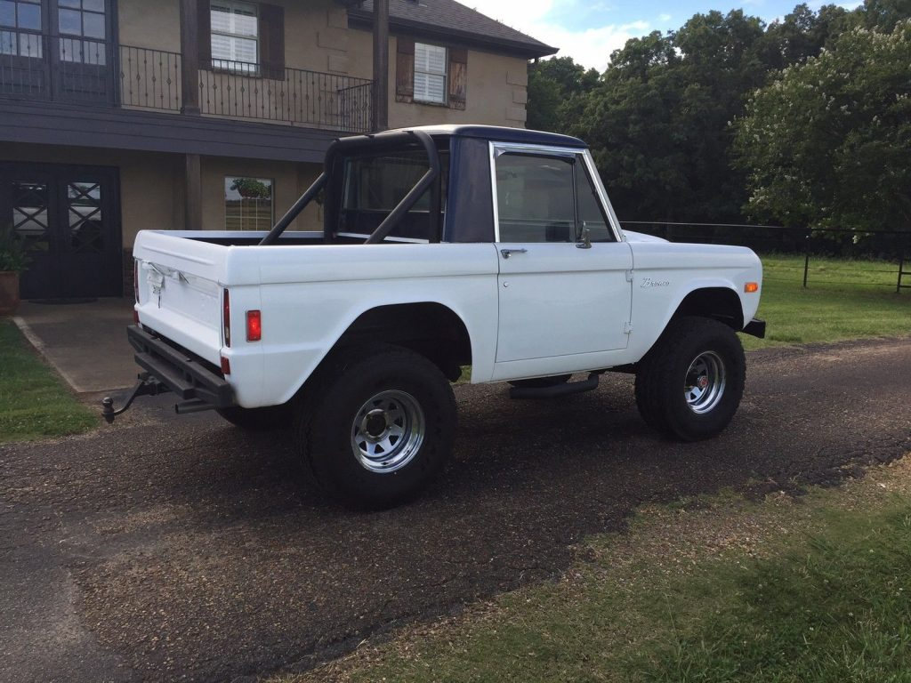 Old school classic 1977 Ford Bronco 4×4 offroad